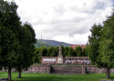 Pamätník v Ostrom Grúni.